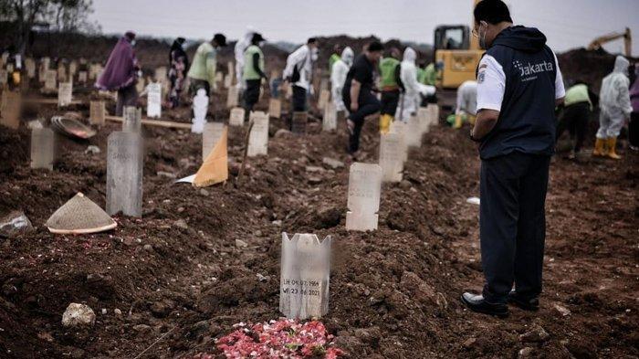 Anies Baswedan pandangi makam korban Covid-19
