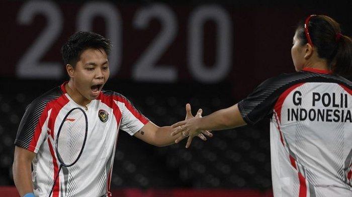 Reaksi pebulu tangkis Indonesia Apriyani Rahayu (kiri) dan rekannya Greysia Polii pada final ganda putri melawan Jia Yifan dan Chen Qingchen dari China pada Olimpiade Tokyo 2020 di Musashino Forest Sports Plaza di Tokyo pada 2 Agustus 2021.