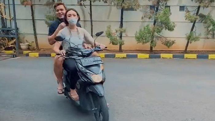 Momen Amanda Manopo Bonceng Billy Syahputra Naik Motor Pulang dari Pasar, Andin Bilang Gini Ke Pacar