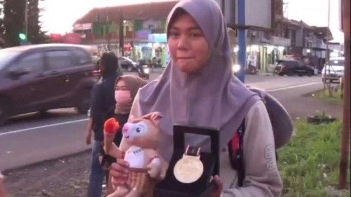 Seorang atlet asal Ciamis peraih medali emas PON Papua sengaja pulang memakai bus karena tak mau ada penjemputan oleh Pemkab Ciamis pada Rabu (13/10/2021).