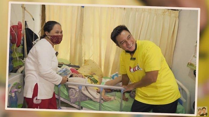 Baim Wong bantu Adrian, anak 14 tahun yang terbaring lemah.