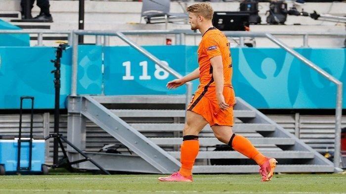 Bek Belanda Matthijs de Ligt berjalan keluar lapangan setelah menerima kartu merah pada pertandingan sepak bola babak 16 besar UEFA EURO 2020 antara Belanda dan Republik Ceko di Puskas Arena di Budapest pada 27 Juni 2021.