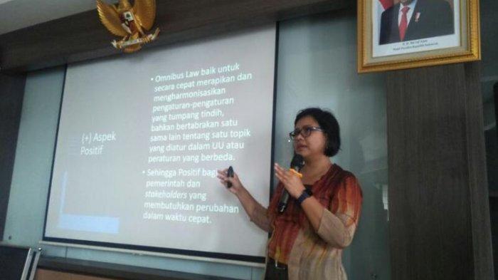 Pakar Hukum Tata Negara Bivitri Susanti dalam Diskusi Bertajuk Pro Kontra Omnibus Law RUU Cipta Kerja di Kantor LIPI, Jakarta Selatan, Kamis (27/2/2020)