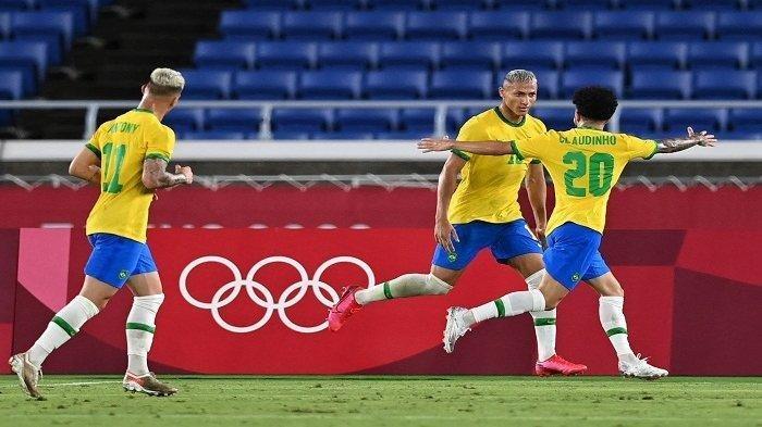 Pemain depan Brasil Richarlison (kedua) merayakan dengan gelandang Brasil Claudinho (kanan) setelah mencetak gol ketiga timnya selama pertandingan sepak bola putaran pertama grup D putra Olimpiade Tokyo 2020 antara Brasil dan Jerman di Stadion Internasional Yokohama di Yokohama pada 22 Juli 2021.