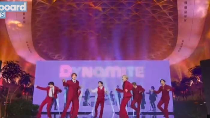 BTS Perform Dynamite di Bandara Korea Selatan