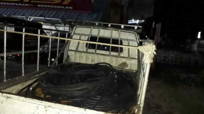 Bukti mobil dan karet sisa pembungkus kabel listrik yang dicuri oleh 11 orang pelaku