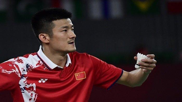 Chen Long dari China bersiap untuk melakukan servis kepada Pablo Abian dari Spanyol dalam pertandingan penyisihan grup bulu tangkis tunggal putra mereka selama Olimpiade Tokyo 2020 di Musashino Forest Sports Plaza di Tokyo pada 28 Juli 2021.