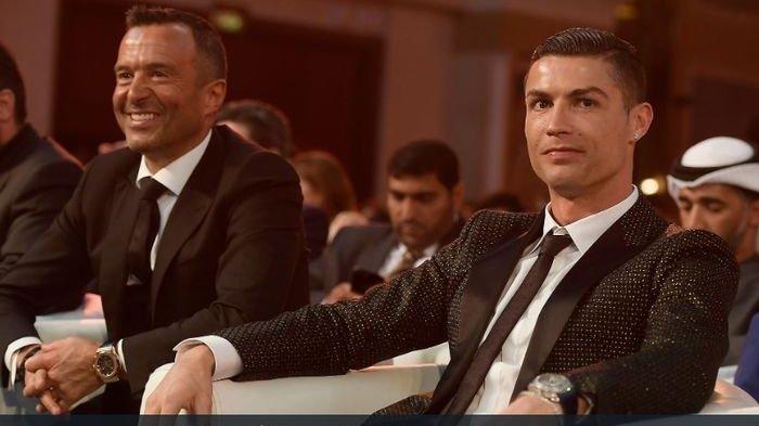 Cristiano Ronaldo dan agennya, Jorge Mendes, dalam acara malam penganugerahan Globe Soccer Awards di Dubai pada Januari 2019.