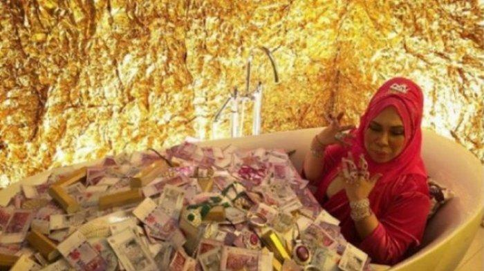 Datuk Seri Vida sedang mandi uang