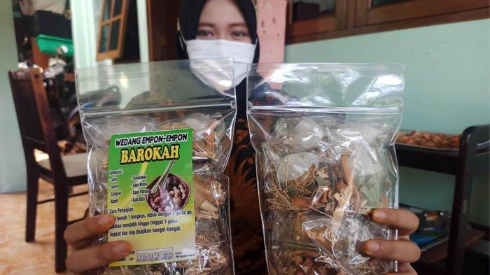 Dinar Kusuma Putri tunjukkan produk wedang empon-empon Barokah