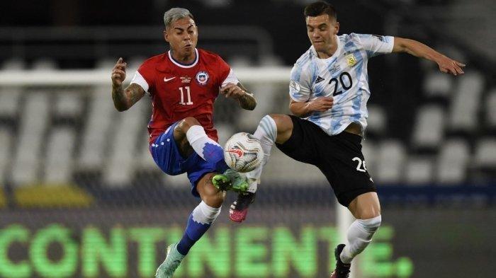 Pemain Chile Eduardo Vargas (kiri) dan pemain Argentina Giovani Lo Celso berebut bola dalam pertandingan fase grup turnamen sepak bola Conmebol Copa America 2021 di Stadion Nilton Santos di Rio de Janeiro, Brasil, pada 14 Juni 2021.
