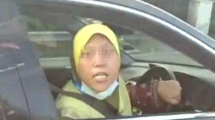 Berkata Kotor & 'Sumpahi Kena Covid' Aksi Emak-emak Ngamuk Ditegur setelah Putar Balik Sembarangan