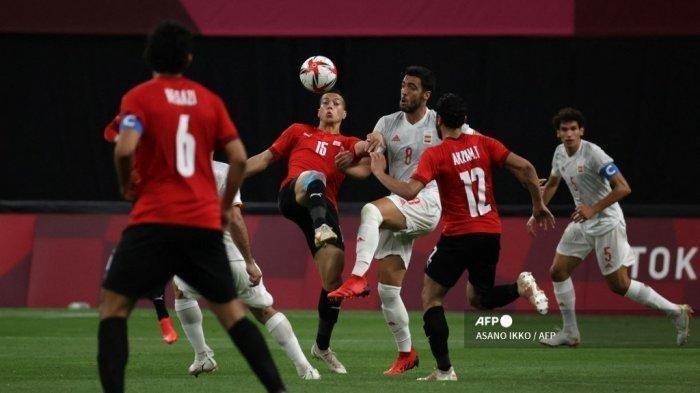Pemain depan Mesir Emam Ashour (tengah L) bersaing memperebutkan bola dengan gelandang Spanyol Mikel Merino (tengah R) selama pertandingan sepak bola putaran pertama grup C putra Olimpiade Tokyo 2020 antara Mesir dan Spanyol di Sapporo Dome di Sapporo pada 22 Juli 2021.