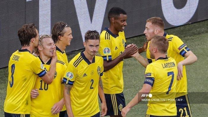 Gelandang Swedia Emil Forsberg (2L) merayakan dengan rekan satu timnya setelah mencetak gol kedua timnya selama pertandingan sepak bola Grup E UEFA EURO 2020 antara Swedia dan Polandia di Stadion Saint Petersburg di Saint Petersburg pada 23 Juni 2021.