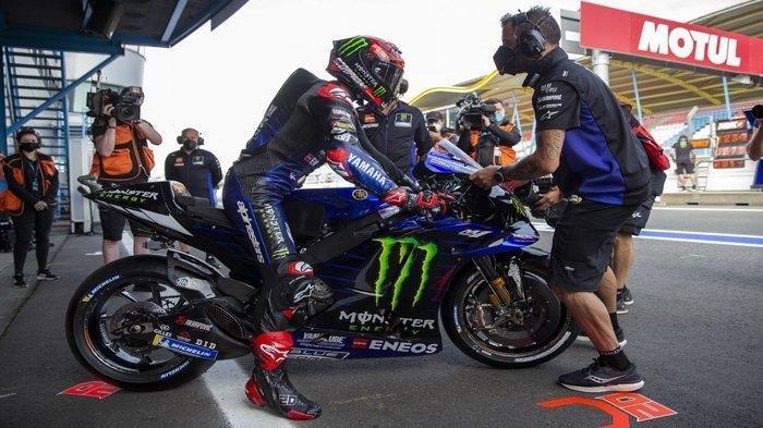 Pembalap Monster Energy Yamaha asal Prancis, Fabio Quartararo menunggangi motornya saat sesi latihan bebas MotoGP, di Sirkuit TT di Assen, Jumat 25 Juni 2021 malam WIB. Fabio Quartararo memuncaki klasemen sementara MotoGP 2021 dengan poin 131.