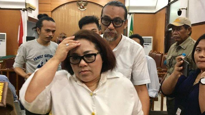 Komedian Nunung bersama sang suami, July Jan Sambiran saat ditemui di Pengadilan Negeri Jakarta Selatan, Rabu (23/10/2019).