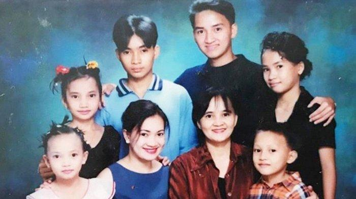 Foto lama Terisita dan anak-anaknya