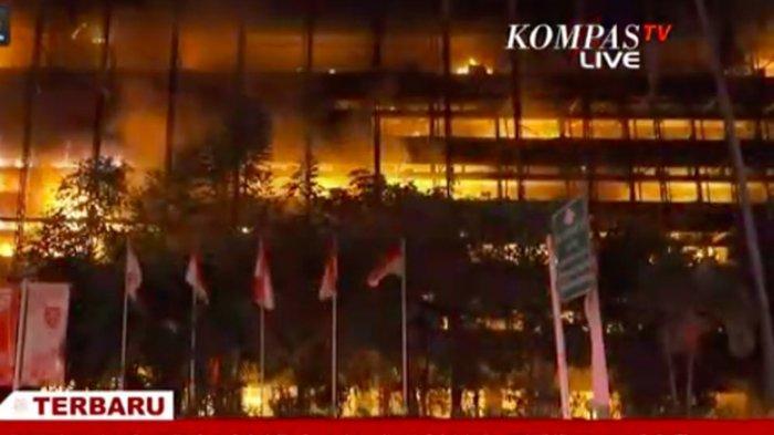 Gedung Kejaksaan Agung di Jalan Sultan Hasanudin Dalam, No. 1, RT.011/RW.007, Kelurahan Kramat Pela, Kecamatan Kebayoran Baru, Jakarta Selatan terbakar Sabtu (22/8/2020) malam.