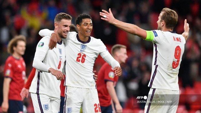 Gelandang Inggris Jordan Henderson (kiri) melakukan selebrasi dengan rekan satu timnya sebelum gol tersebut dinyatakan offside dalam pertandingan sepak bola Grup D UEFA EURO 2020 antara Republik Ceko dan Inggris di Stadion Wembley di London pada 22 Juni 2021.