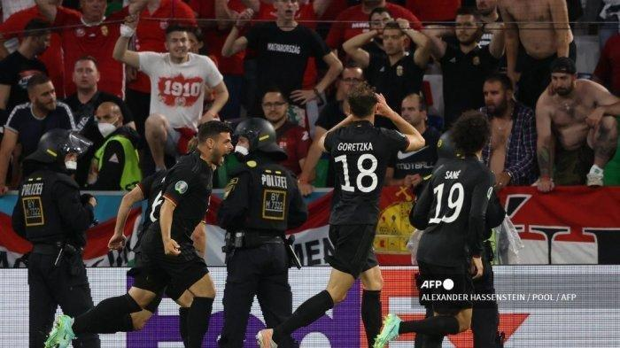 Gelandang Jerman Leon Goretzka (kedua dari kanan) merayakan mencetak gol kedua timnya dengan rekan satu timnya selama pertandingan sepak bola Grup F UEFA EURO 2020 antara Jerman dan Hongaria di Allianz Arena di Munich pada 23 Juni 2021.