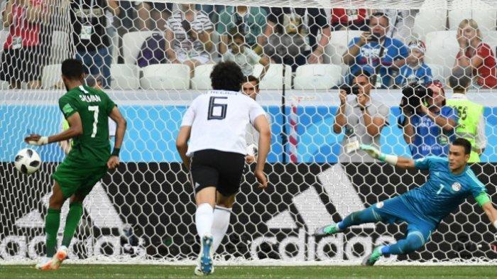Gelandang timnas Arab Saudi, Salman Al-Faraj (kiri), saat mengeksekusi tendangan penalti ke gawang timnas Mesir dalam laga Grup A Piala Dunia 2018 di Stadion Volgograd Arena, Volgograd, Rusia, pada Senin (25/6/2018).