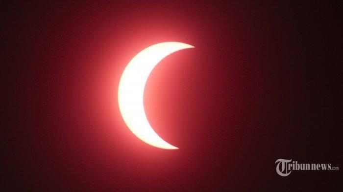 GERHANA MATAHARI - Pemandangan proses terjadinya gerhana matahari parsial di atas langit yang tampak di Masjid At Taqwa Balikpapan, Kamis (26/12/2019). di Pulau Kalimantan, gerhana matahari cincin hanya tampak di Singkawang, Kalbar, Tanjung Redep, Berau, Kaltim, dan Tanjung Selor, Bulungan, Kaltara. Untuk daerah lainnya, warga hanya bisa menyaksikan gerhana matahari parsial atau sebagian. (TRIBUN KALTIM/FACHMI RACHMAN)