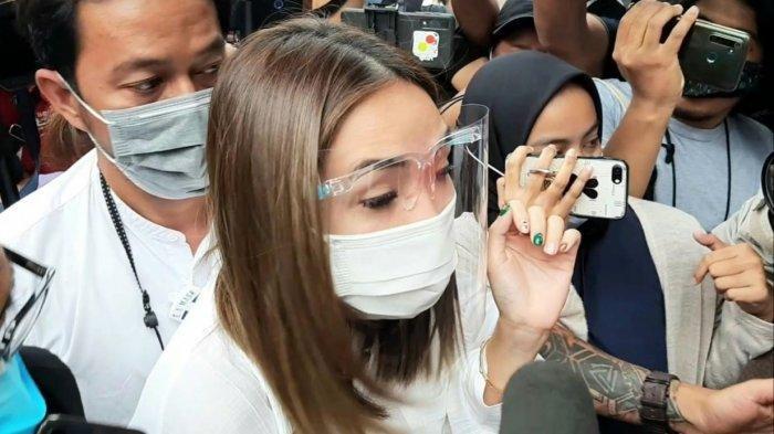 Penyanyi dan pemain film Gisella Anastasia menyambangi Polda Metro Jaya, Semanggi, Jakarta Selatan, Rabu (23/12/2020).