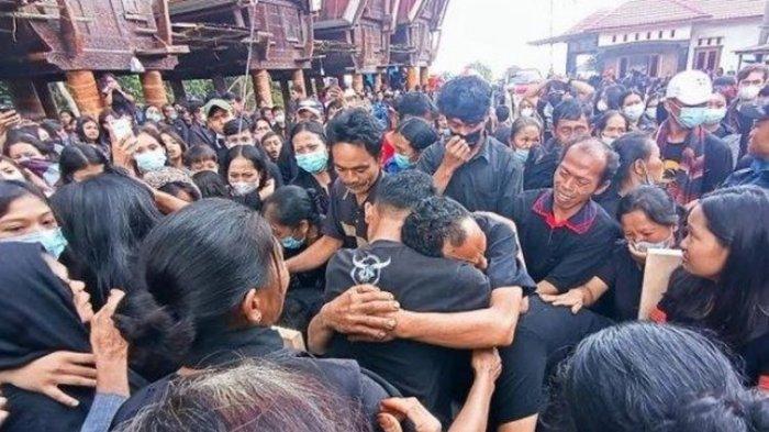 Ayah Pingsan, Pelayat Menangis, Himne Guru Iringi Pemakaman Nathan yang Tewas Ditembak KKB Papua