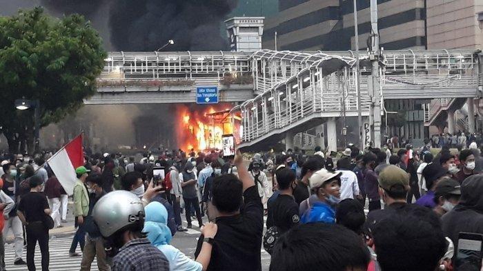 Halte TransJakarta Sarinah dibakar massa di Jalan MH Thamrin, Kebon Sirih, Menteng, Jakarta Pusat pada Kamis (8/10/2020).
