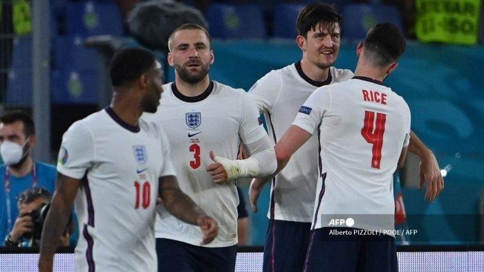 Bek Inggris Harry Maguire (CR) merayakan dengan rekan setimnya setelah mencetak gol kedua pada pertandingan sepak bola perempat final UEFA EURO 2020 antara Ukraina dan Inggris di Stadion Olimpiade di Roma pada 3 Juli 2021.