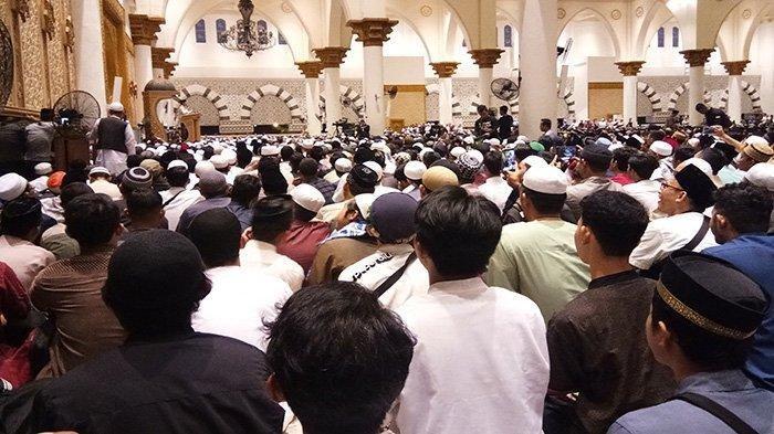 Suasana ribuan jemaah mendengarkan ceramah yang disampaikan oleh UAS, Masjid Raya Mujahidin Kalimantan Barat, Minggu (6/10/2019).