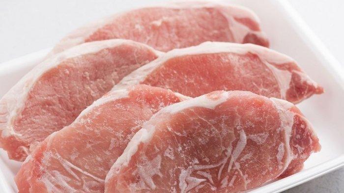 Ilustrasi daging kurban dimasukkan ke freezer atau lemari pendingin.