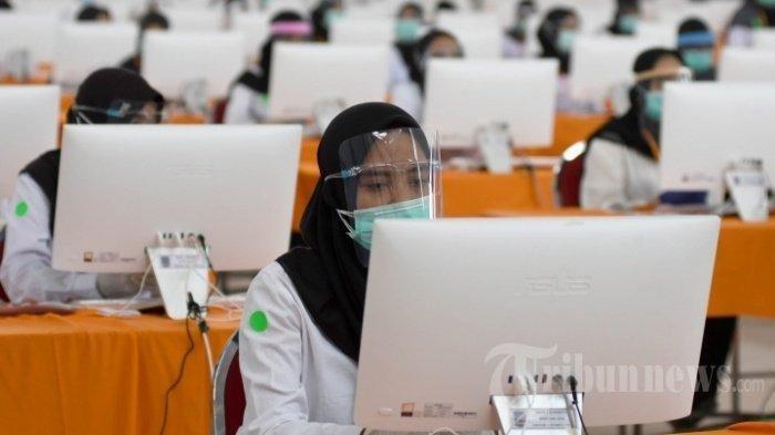 Ilustrasi. Peserta seleksi kompetisi bidang (SKB) bagi CPNS Pemkot Surabaya bersiap mengikuti tes di GOR Pancasila, Kota Surabaya, Jawa Timur, Selasa (22/9/2020).