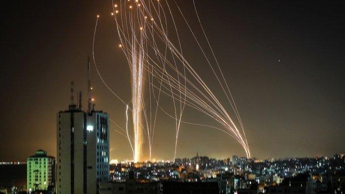 Sistem pertahanan udara Kubah Besi (Iron Dome) Israel bekerja keras menahan gelombang serangan roket kelompok Hamas dari Jalur Gaza, Selasa 911/5/2021) hingga Rabu (12/5/2021).    Artikel ini telah tayang di Tribunnews.com dengan judul Apa yang Sebabkan Eskalasi Israel-Palestina Baru-baru Ini? Simak Penjelasan Berikut, https://www.tribunnews.com/internasional/2021/05/13/apa-yang-sebabkan-eskalasi-israel-palestina-baru-baru-ini-simak-penjelasan-berikut. Penulis: Andari Wulan Nugrahani Editor: Daryono