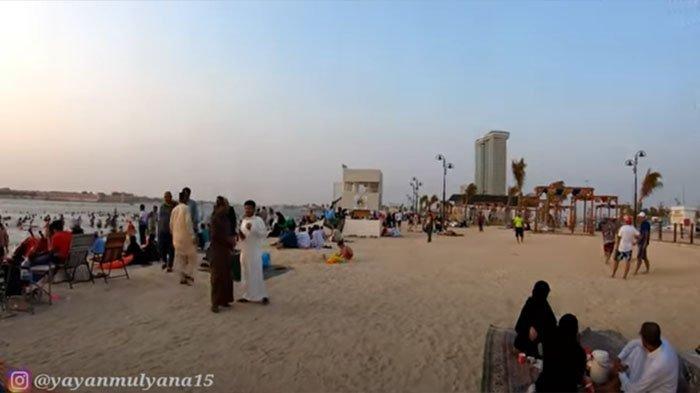 Potret pengunjung di salah satu pantai umum di Arab Saudi.