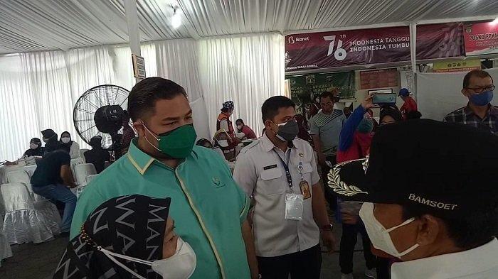 Selebriti kondang, Ivan Gunawan, mengunjungi program vaksinasi Covid-19 bagi warga Tambora, Jakarta Barat, Sabtu (31/7/2021).