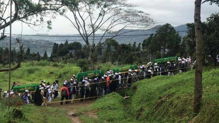 Iringan-iringan pembawa enam jenazah laskar FPI di prosesi pemakaman di sekitar area Ponpes Agrokultural (Markaz Syari'ah FPI) Megamendung, Bogor, Jawa Barat, Rabu pagi (9/12/2020).