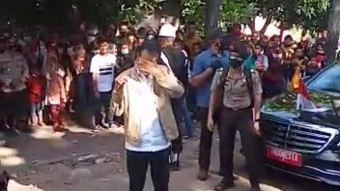 Presiden Jokowi menangis saat melihat korban bencana alam di Desa Nelelamadike, Kecamatan Ile Boleng, Adonara, Kabupaten Flores Timur, Nusa Tenggara Timur (NTT), Jumat (9/4/2021).
