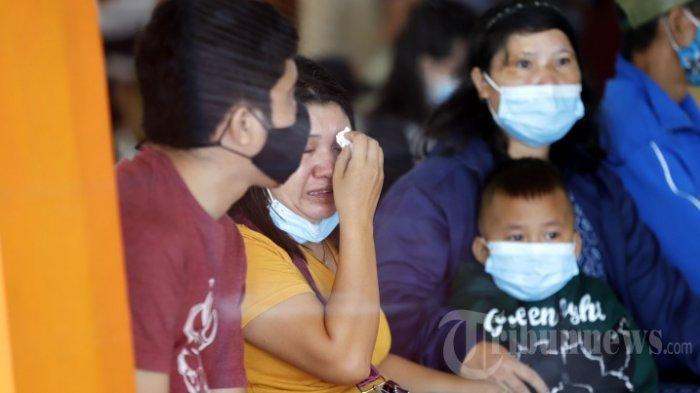 Keluarga korban jatuhnya pesawat Sriwijaya Air SJ 182 menangis saat mendengarkan perkembangan terkini dari pihak Basarnas Pontianak, di Crisis Center SJ 182, Gedung Serba Guna Chandra Dista Wiradi, Bandara Internasional Supadio Pontianak, Kubu Raya, Kalimantan Barat, Minggu (10/1/2021).