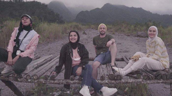 Keseruan Zaskia Adya Mecca liburan bareng Dave Moffatt