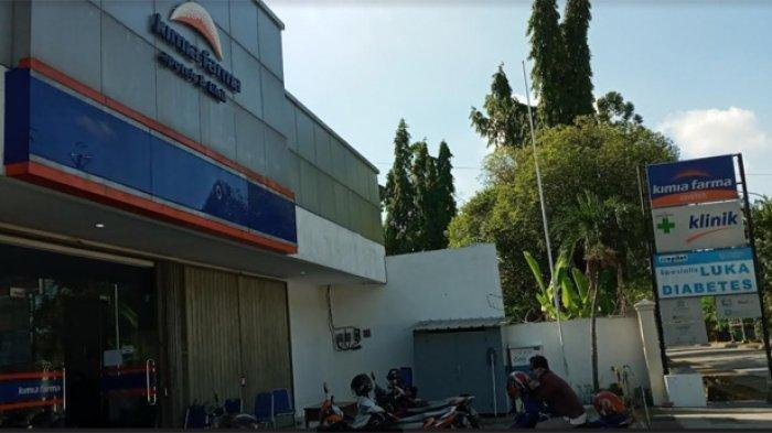 Suasana di depan klinik Kimia Farma Pulogadung, Jakarta Timur, Senin (12/7/2021). Rencana Kimia Farma ini akan jadi lokasi vaksinasi berbayar. Namun sementara rencana ini ditunda.
