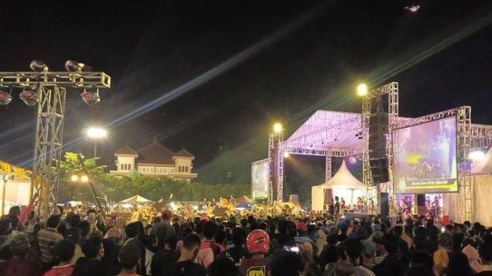 Warga berimpitan menyaksikan pentas dangdutan di tengah landemi yang digelar salah satu pejabat di Lapangan Tegal Selatan Kota Tegal, Rabu (23/9/2020) malam.