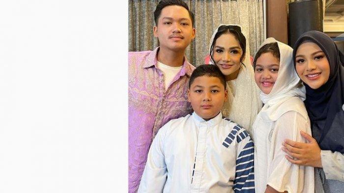 Krisdayanti foto dengan keempat anaknya.