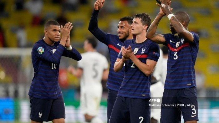 Pemain depan Prancis Kylian Mbappe, gelandang Prancis Corentin Tolisso, bek Prancis Benjamin Pavard dan bek Prancis Presnel Kimpembe menyapa para penggemar setelah kemenangan mereka dalam pertandingan sepak bola Grup F UEFA EURO 2020 antara Prancis dan Jerman di Allianz Arena di Munich pada 15 Juni 2021.