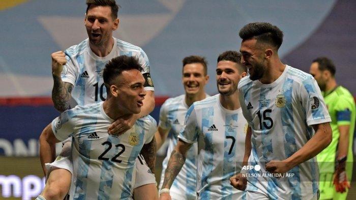Pemain Argentina Lautaro Martinez (kiri bawah) merayakan dengan pemain Argentina Lionel Messi dan rekan setimnya setelah mencetak gol ke gawang Kolombia selama pertandingan semifinal turnamen sepak bola Copa America Conmebol 2021 di Stadion Mane Garrincha di Brasilia, Brasil, pada 6 Juli 2021.