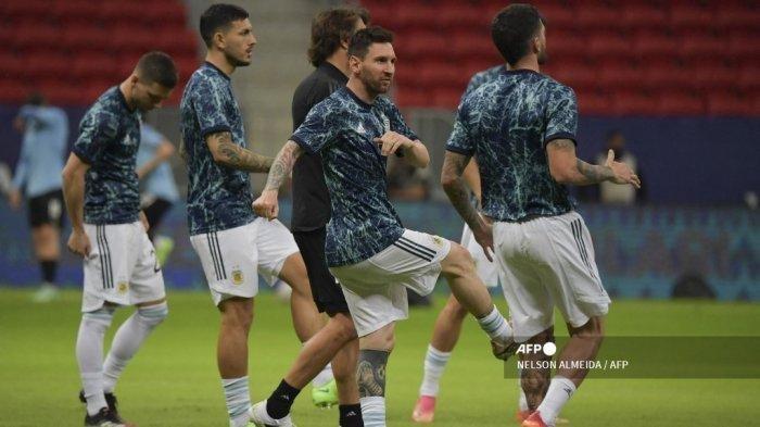 Pemain Argentina Lionel Messi (2-kanan) dan rekan setimnya melakukan pemanasan sebelum dimulainya pertandingan fase grup turnamen sepak bola Conmebol Copa America 2021 melawan Uruguay di Stadion Mane Garrincha di Brasilia, pada 18 Juni 2021.