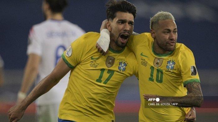 Pemain Brasil Lucas Paqueta (kiri) melakukan selebrasi dengan pemain Brasil Neymar setelah mencetak gol ke gawang Chile pada perempat final turnamen sepak bola Copa America Conmebol 2021 di Stadion Nilton Santos di Rio de Janeiro, Brasil, pada 2 Juli 2021.