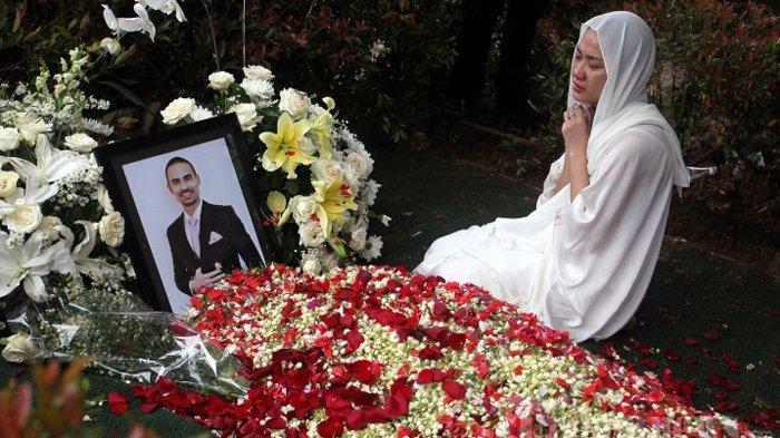 Artis Bunga Citra Lestari berdoa di depan makam suaminya almarhum Ashraf Sinclair di pemakaman San Diego Hills, Karawang, Jabar, Selasa (18/2/2020). Ashraf Sinclair meninggal pada Selasa 18 Februari 2020 pukul 4 dini hari karena sakit.