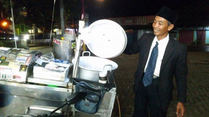 Bukan Menteri atau Pejabat, Pria Berjas dan Berdasi Necis Ini Penjual Cilok di Blora, Sosoknya Viral