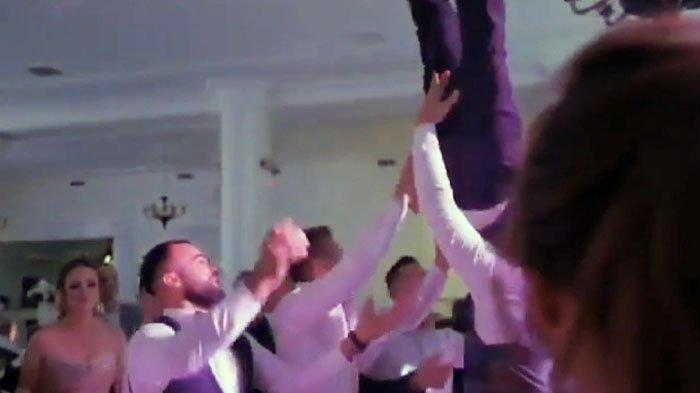 Mempelai pria yang dilempar ke udara oleh para tamu undangan